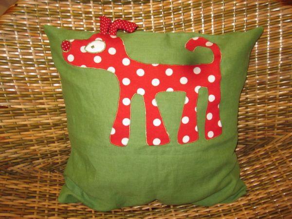 Rotgepunkteter Dackel auf Grün Kissen von Hand genäht